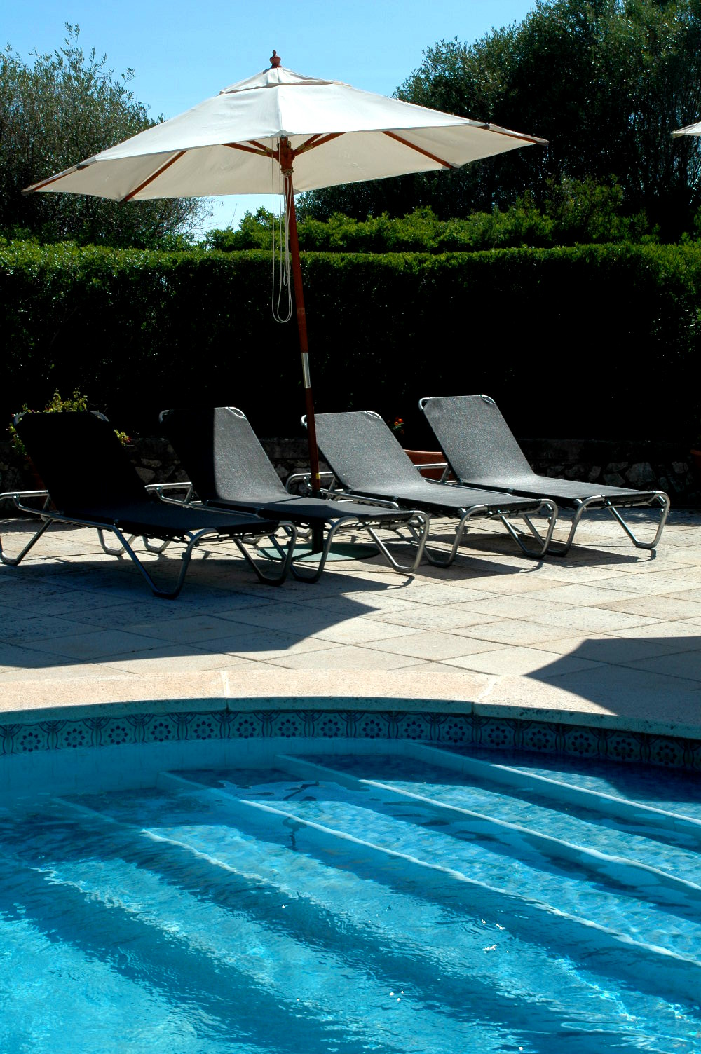 menorca-pool-sun-loungers